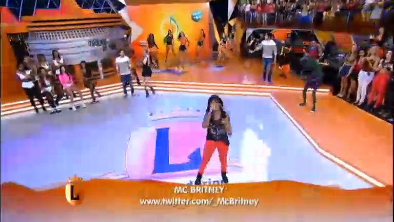 MC Britney canta sucesso Seu Nome é Recalcada no palco do ...