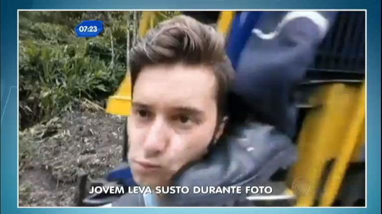 """""""No pé do ouvido"""": jovem leva chute ao tentar fazer selfie nos trilhos ..."""