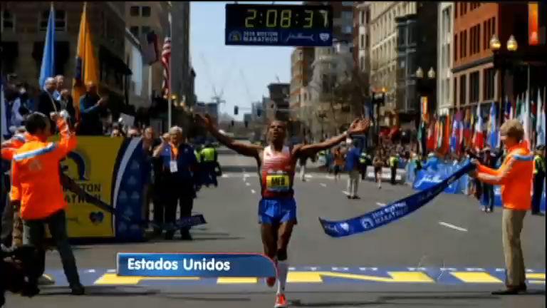 Um ano após atentado, americano vence maratona de Boston e faz ...