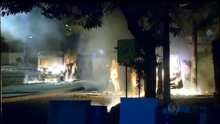 Complexo do Alemão: ônibus são queimados e UPA é depredada ...