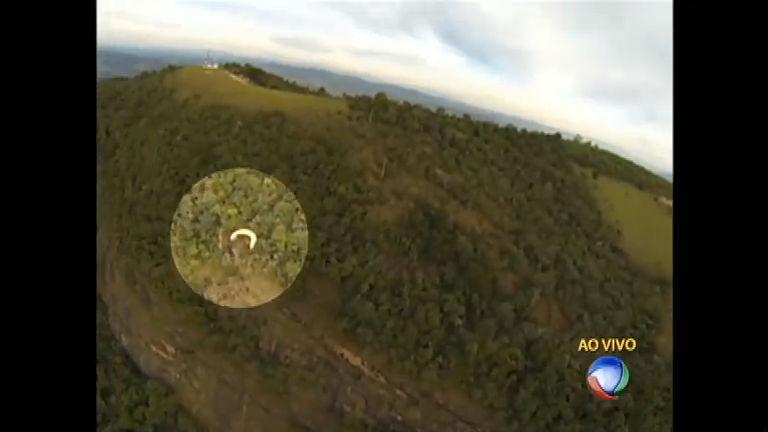 Piloto de paraglider cai de altura de 300 metros em serra de Minas ...