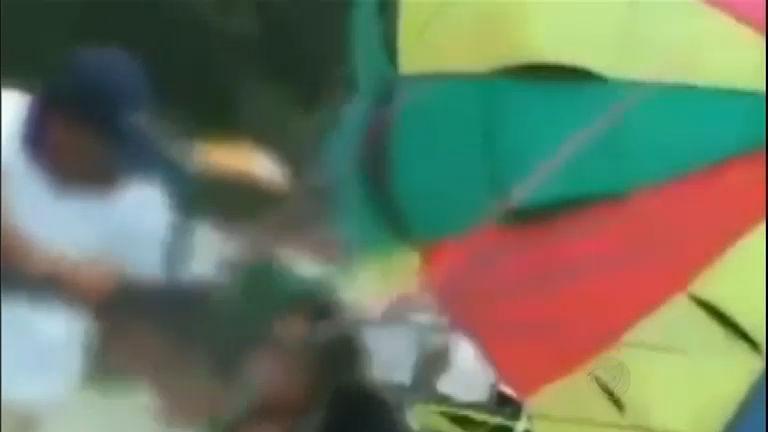Casal força bebê a voar de paraglider na ÍndiaRecord News