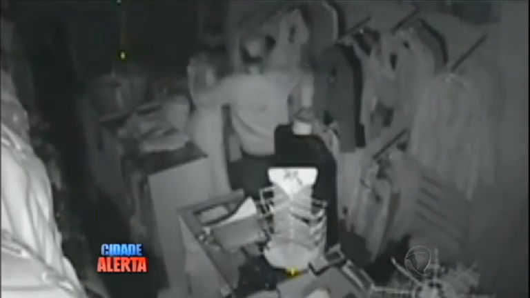Ladrão atrapalhado leva tombo durante assalto e dá risada ao ver ...
