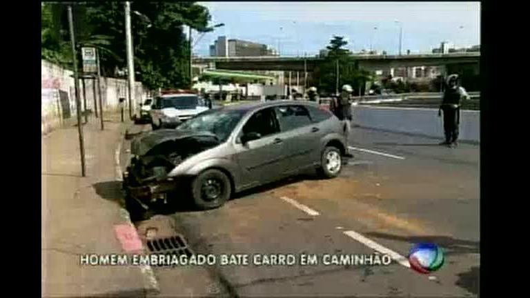 Motorista embriagado atinge caminhão na avenida dos Andradas ...