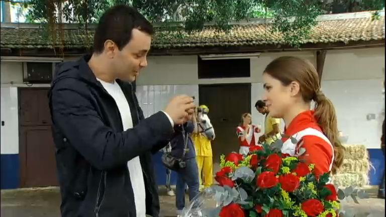 Rafael presenteia Diana com um colar e a convida para jantar ...