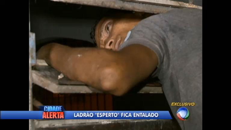 Vacilão: bandido atrapalhado fica entalado na janela ao tentar ...