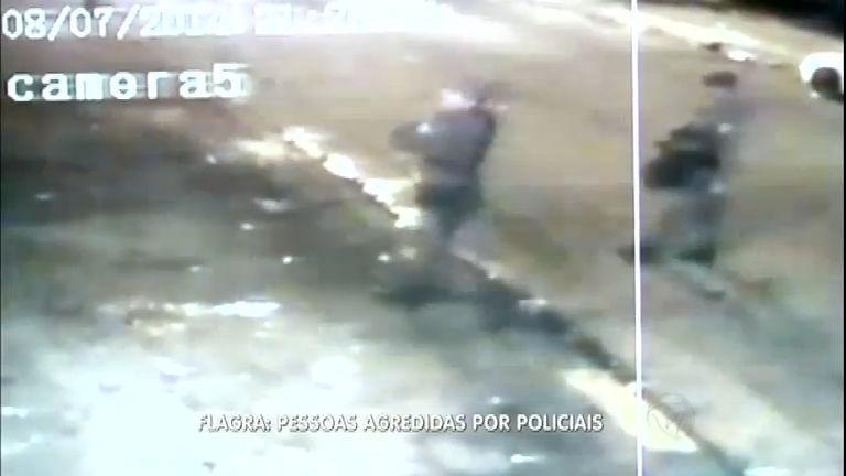 Câmeras de segurança flagram PMs agredindo frequentadores de ...