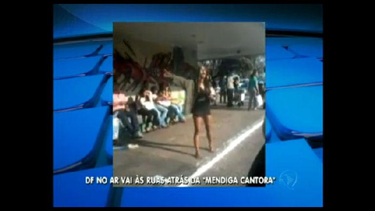 Moradora de rua que canta faz sucesso em locais públicos da capital