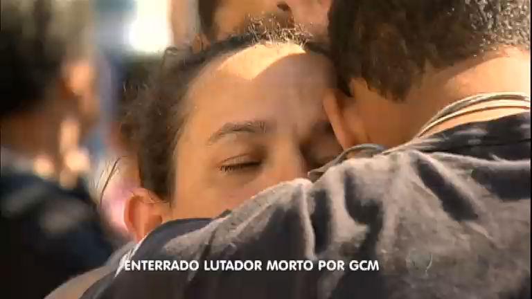 Corpo de ex- pugilista morto pela Guarda Metropolitana é enterrado ...
