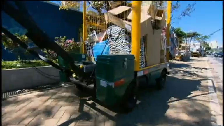 Carrinhos motorizados facilitam o trabalho de catadores de papel ...
