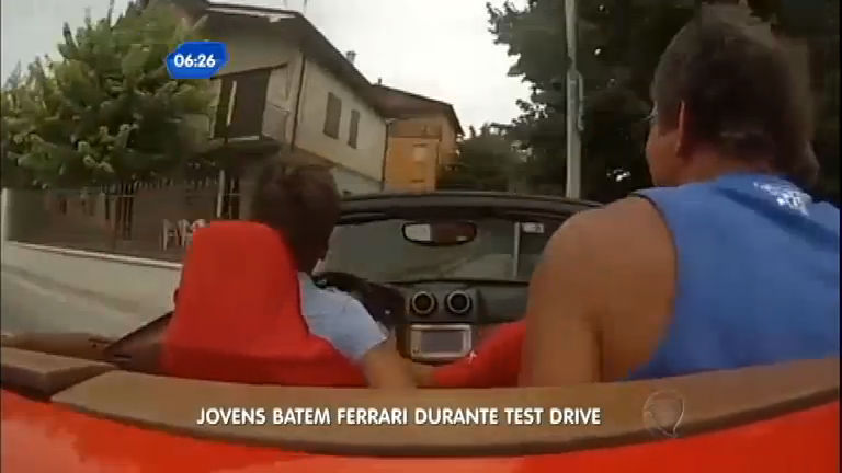 Prejuízo: jovens batem Ferrari durante test drive - Notícias - R7 ...