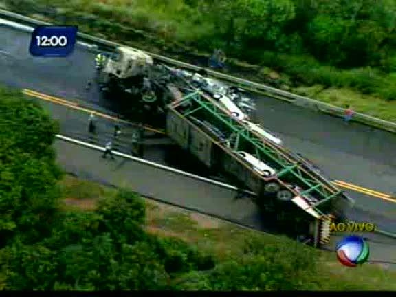 Carreta bate em caminhão cegonha - Bahia - R7 Balanço Geral BA