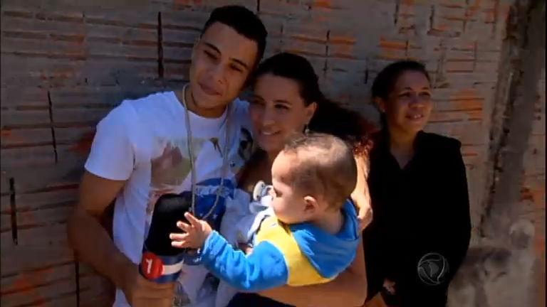 Brasileiro adotado por holandeses reencontra a mãe após 20 anos ...