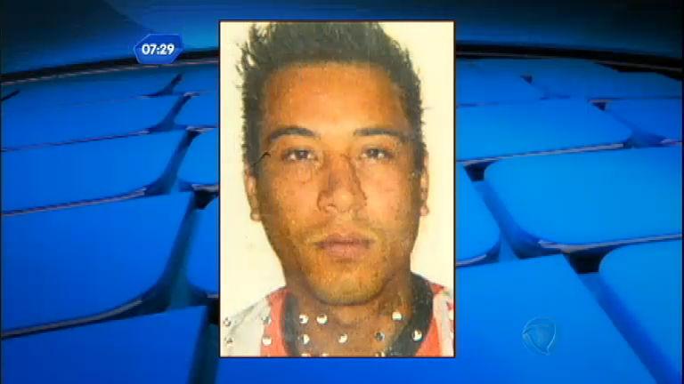 Jovens suspeitos de tráfico de drogas são baleados em praça de ...