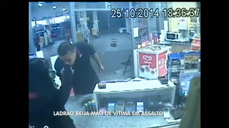 """Bandido """"romântico"""" beija mão da vítima durante assalto em Novo ..."""