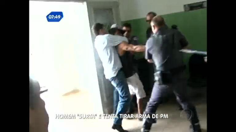 """Flagra: homem """" surta"""" e tenta tirar arma de policial em delegacia ..."""