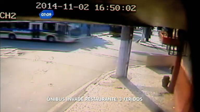Flagra: ônibus invade restaurante e deixa feridos no Rio de Janeiro ...