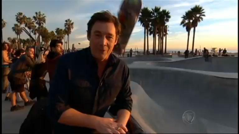 """Essa doeu! Skate """"voa"""" na cabeça de repórter durante gravação ..."""