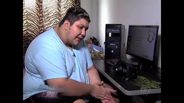 Jovem de 192 Kg sofre bullying e não sai de casa há dois anos ...