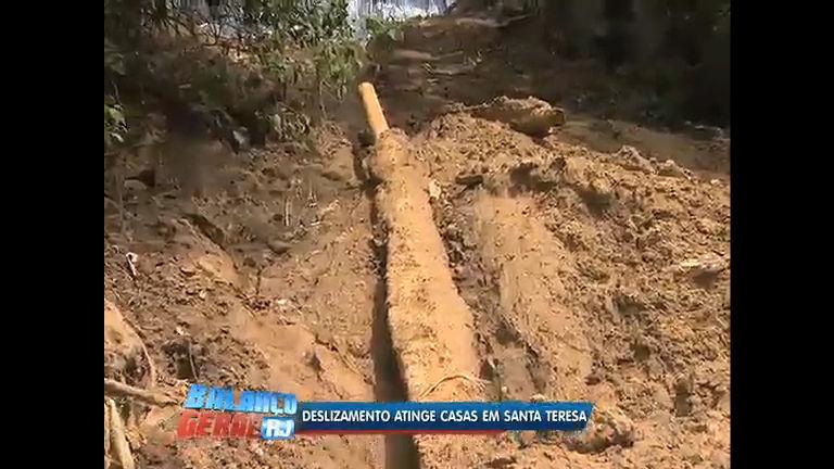 Tubulação da Cedae rompe e causa deslizamento em Santa Teresa ...