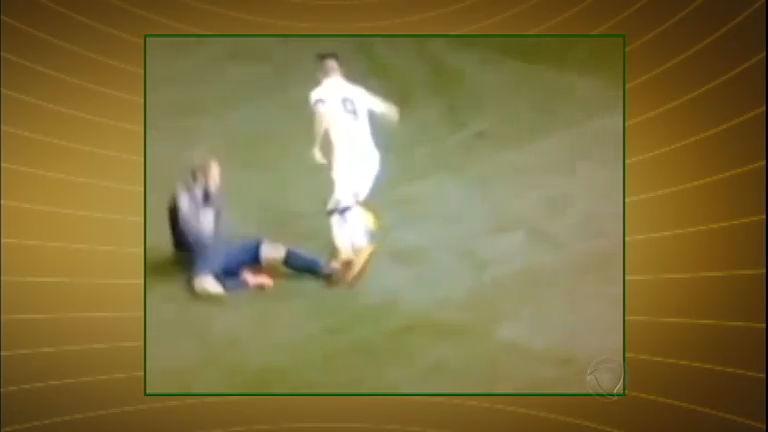 Jogador brasileiro é criticado por simulação exagerada de falta ...