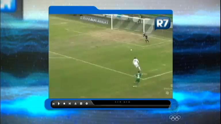 Goleiro sai do gol, arma chute e...vai parar no Pingou na Rede ...