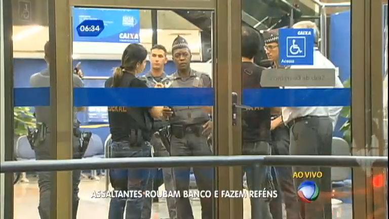 Assaltantes fazem reféns e roubam banco em área nobre de São ...