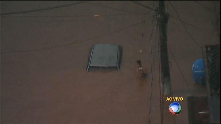 Chuva causa estragos e deixa pessoas ilhadas em Carapicuíba ...