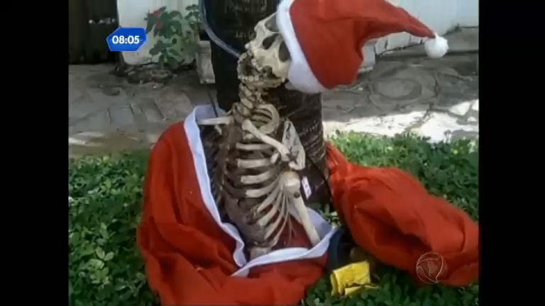 Esqueleto vestido de Papai Noel vira caso de polícia - Rede Record