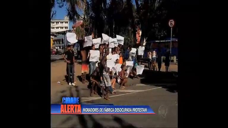 Moradores de fábrica desocupada no Alemão protestam no Rio ...