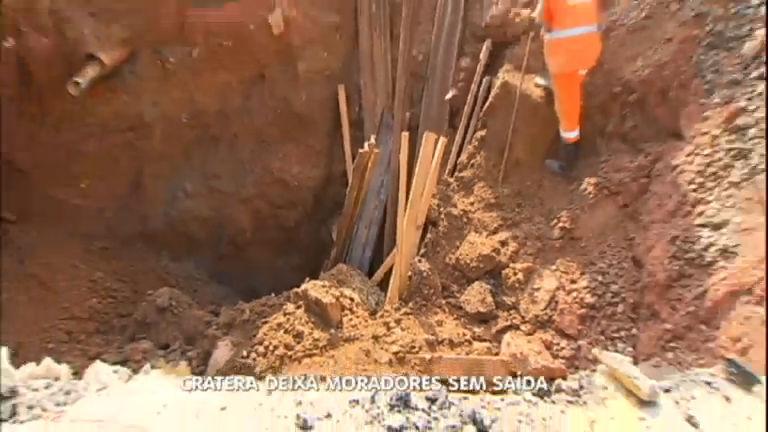 Chuva transforma simples buraco em uma cratera na zona sul de São Paulo