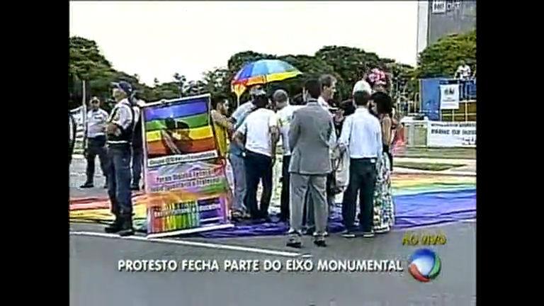 Militantes dos direitos dos LGBT fazem protesto no Eixo Monumental