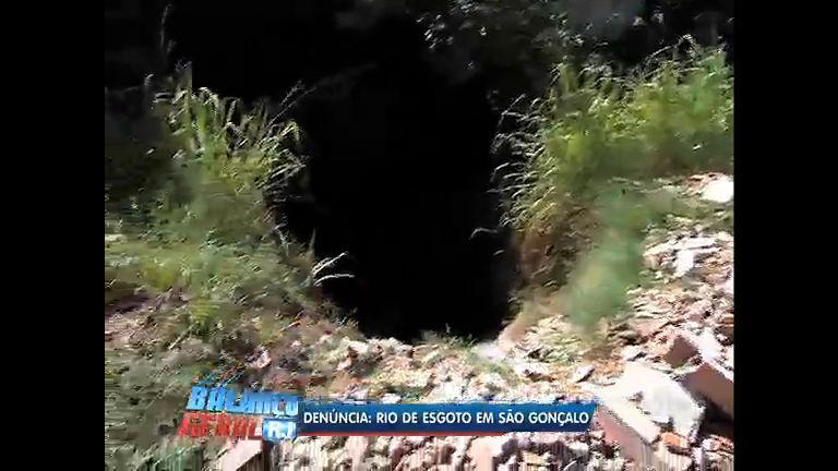 Denúncia: valão despeja esgoto em rio de São Gonçalo (RJ)