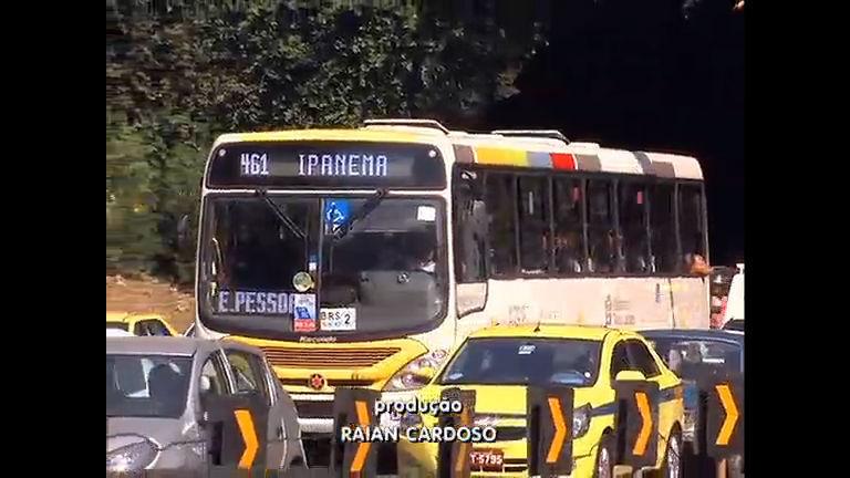 Calor não dá trégua e passageiros sofrem nos ônibus sem ar-condicionado
