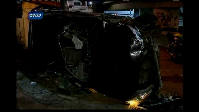 Carro cai de viaduto e deixa homem ferido - Bahia - R7 Bahia no Ar