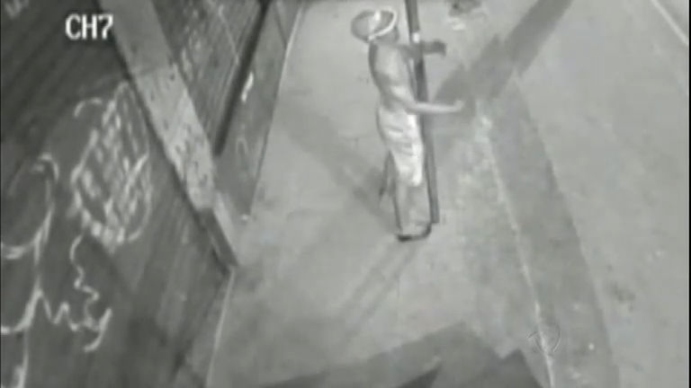 Ladrão atrapalhado dá de cara no poste após o roubo - Notícias ...