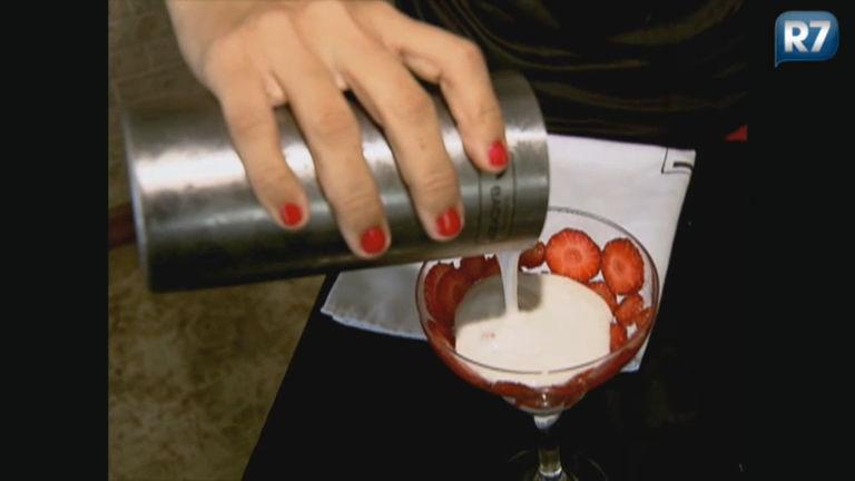 Veja como preparar uma bebida refrescante utilizando coco e se ...