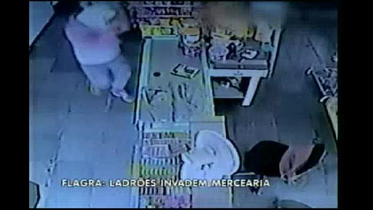 Ladrões armados com faca invadem mercearia no sul de Minas