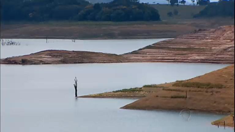 Estiagem que atinge reservatórios ameaça fornecimento de água e de energia