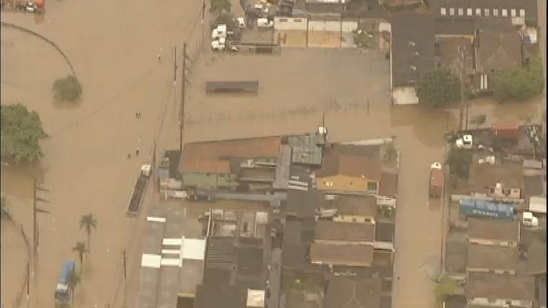 Chuva forte deixa Baixada Santista (SP) isolada e debaixo d'água ...