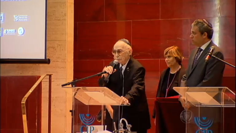 Sobreviventes e representantes religiosos homenageiam vítimas do Holocausto