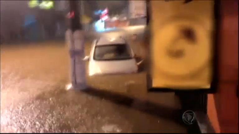 Funcionários de uma lanchonete salvam família da enchente