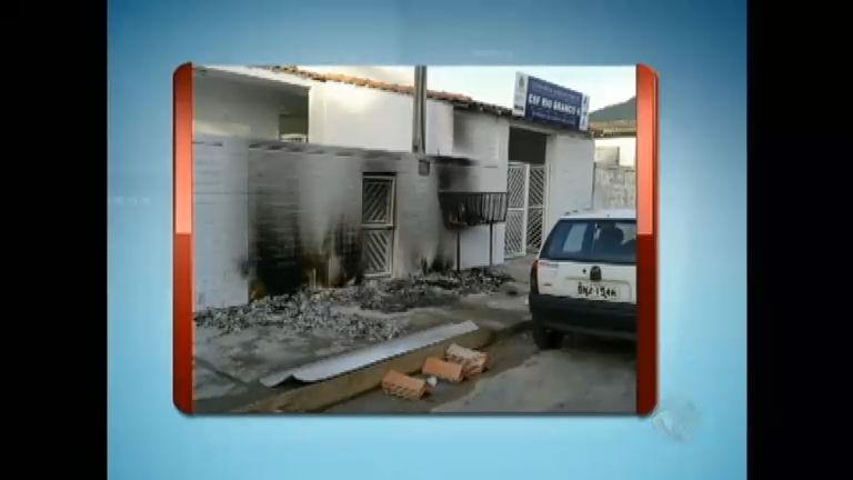 Vândalos incendeiam entrada de posto de saúde em São Vicente ...