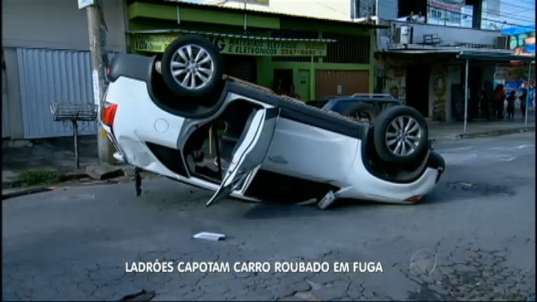 Bandidos capotam carro roubado durante fuga da polícia em Goiás