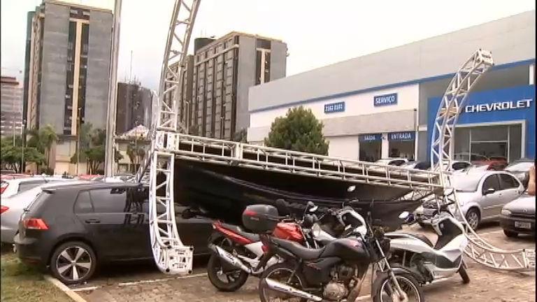 Chuva provoca queda de outdoor e deixa carros submersos em Brasília
