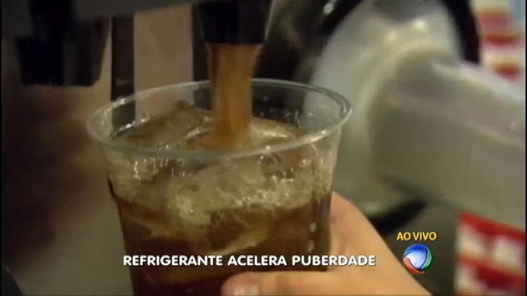 Pesquisa revela que consumo de refrigerante acelera a puberdade em meninas