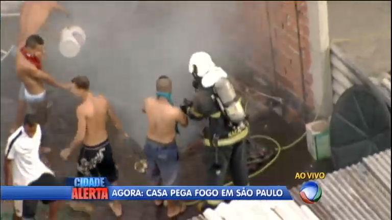 Resgate dramático: moradores se mobilizam para apagar incêndio ...