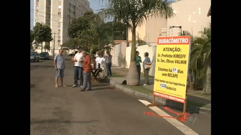 """Moradores fazem """"buracômetro"""" para protestar contra más condições de ruas"""