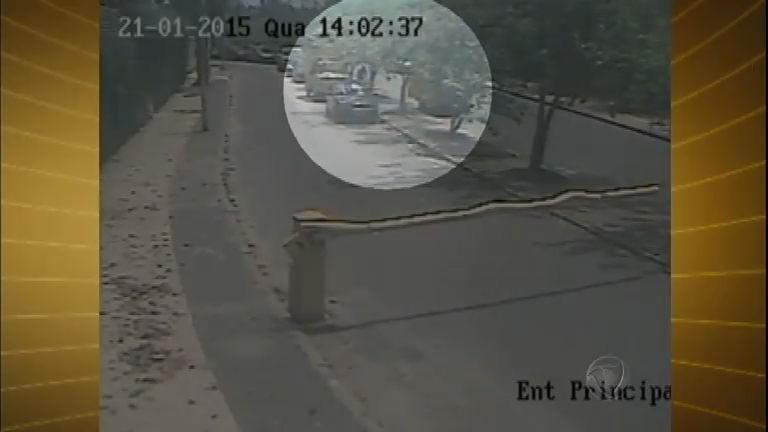 Câmera de segurança flagra roubo de cadeiras de praia no Rio de Janeiro