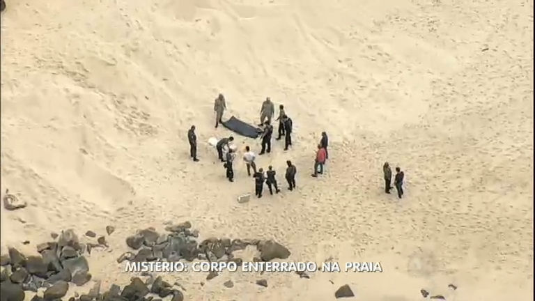 Banhista encontra corpo de uma mulher enterrado na areia ...